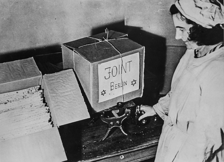 1940-е. Женщина пакует пакеты с мацой для отправки в Берлин во время Второй мировой войны