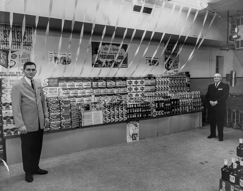 1950-е. Продукция компания на полках магазина во время песаха