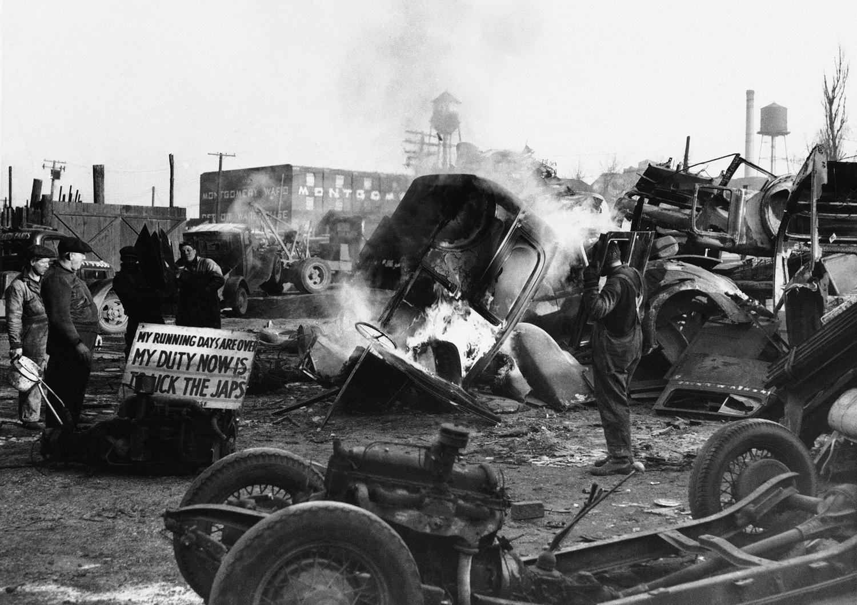 1942. 23 января. Вышедшие из строя кузова очищаются и готовятся для дальнейшей переплавки на сталь