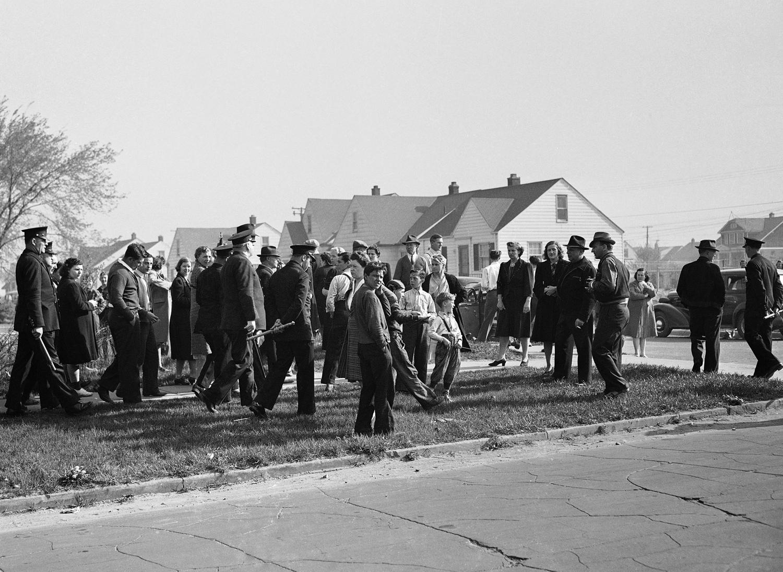 1942. 29 апреля. Полиция Детройта разгоняет белых пикетчиков, которые протестовали против размещения негров, согласно федеральной программы жилищного строительства, в основном в белом районе