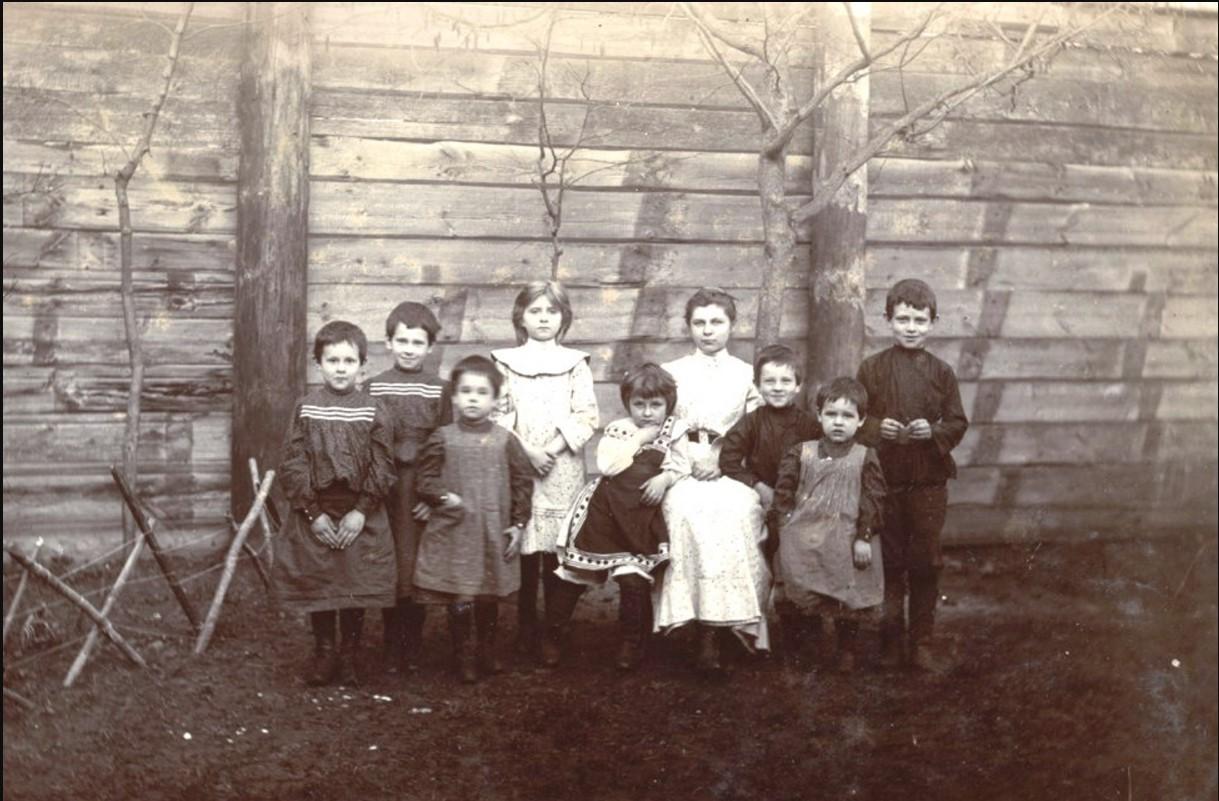 Дети во дворе дома Мяздриковых. сер. 1890-х