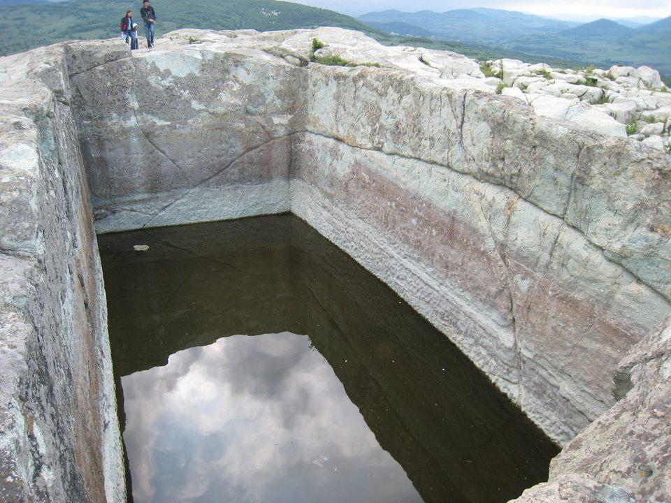 Перперикон древний город с гигантским каменным бассейном в скале. Болгария