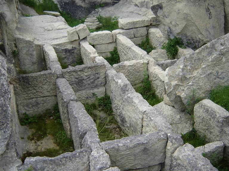 Гробницы и другие древние здания Перперикона