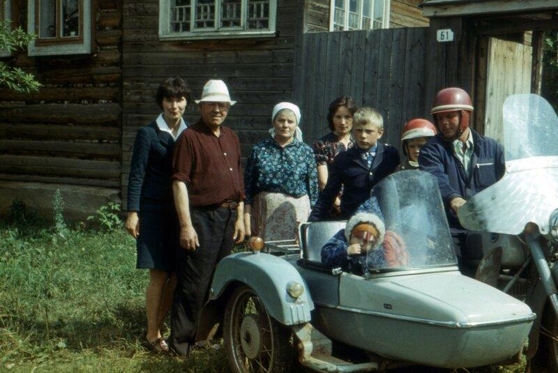 Воткинск, мб 1979 г. Мама, дед Андрей, бабушка Фиса, тетя Надя, двоюродный брат Сергей, я, дядя Саша за рулем, в коляске двоюродная сестра Наташа и брат