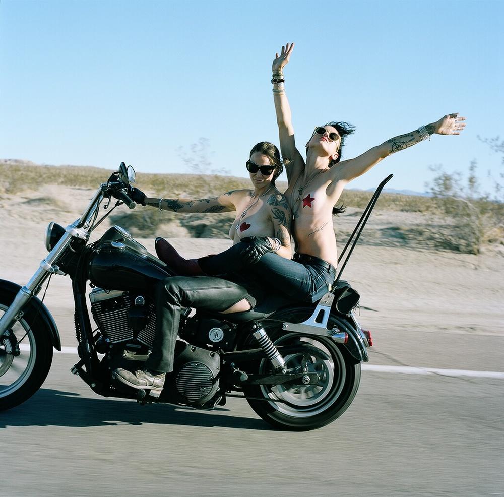 Первыми в портфолио Ланы стали The East Side Moto Babes из южной Калифорнии, которые познакомили её