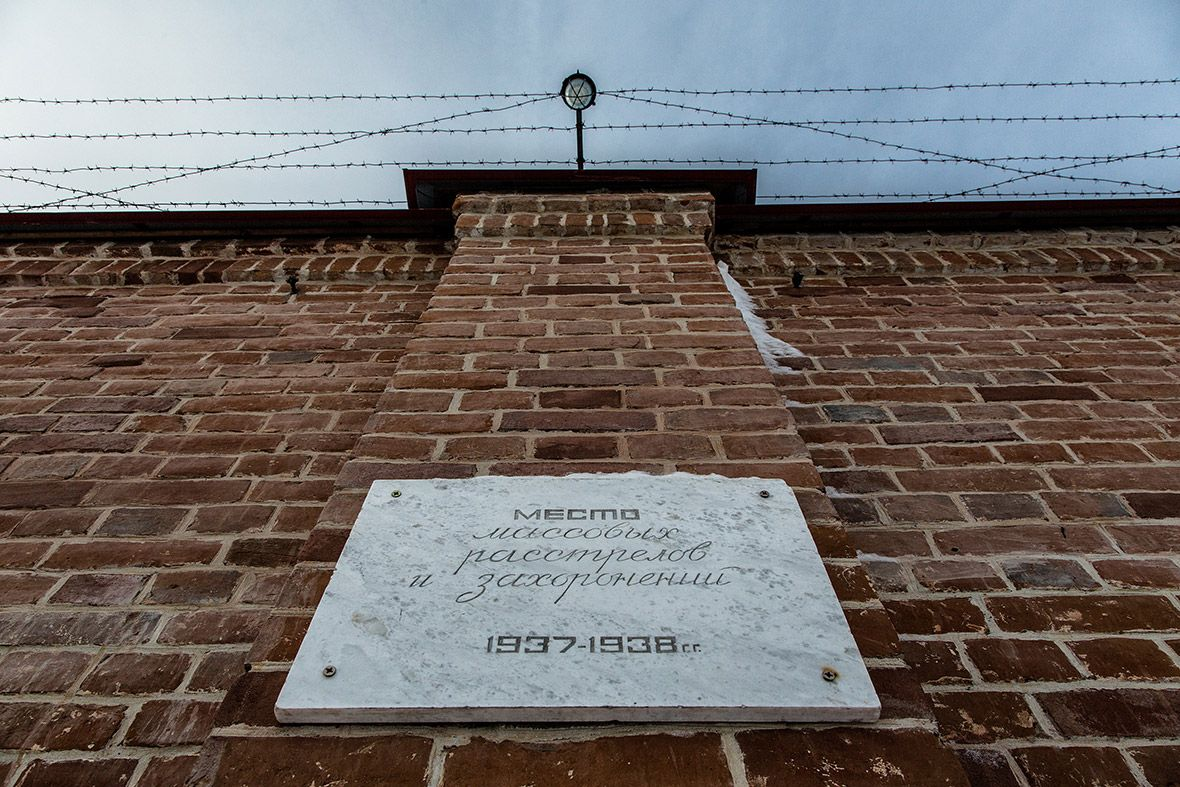 Расстрельная стена. Под ней же была выкопана братская могила, в которую сбрасывали трупы казненных а