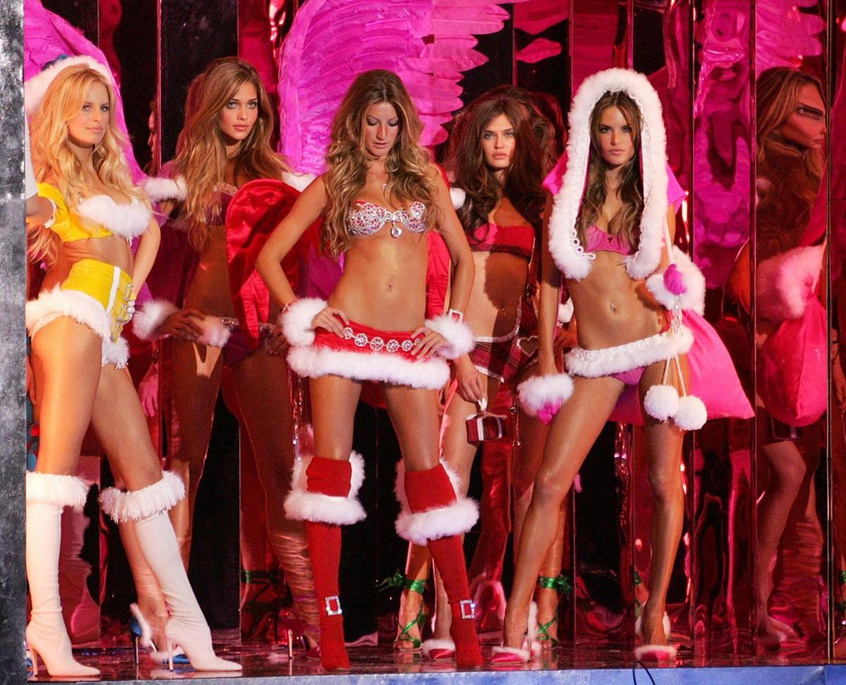 2. 2005 г., бюджет шоу: $10 млн В 2005 г. шоу Victoria's Secret посмотрели 8,9 млн человек. Его пров
