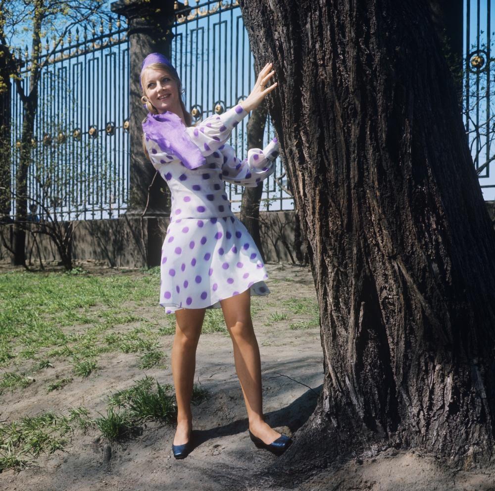 10. Демонстрация легкого платья из капрона с модным рисунком, дополненного легким шарфом из шифона.