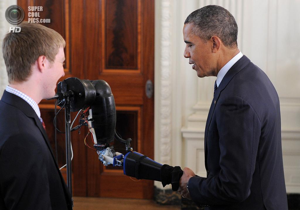 США. Вашингтон. 22 апреля. Президент США Барак Обама пожимает роботическую руку на научной ярмар