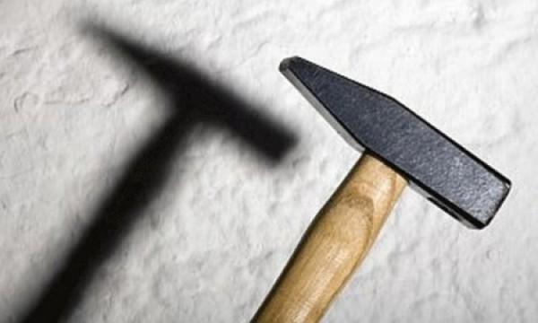 Шофёр БМВ X5 избил дворника молотком в столице