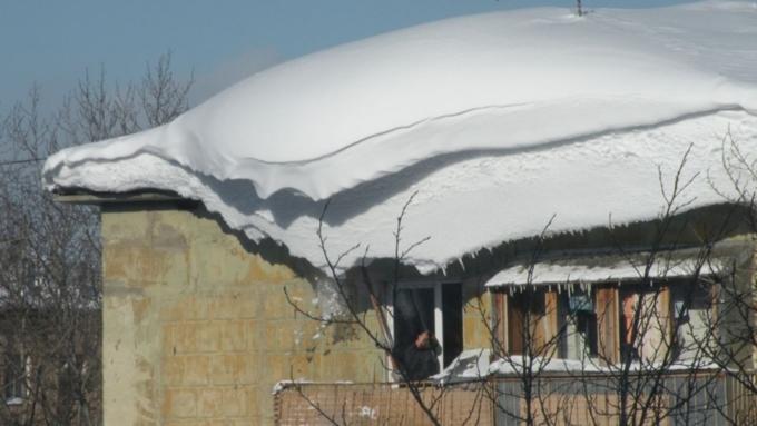 ВБарнауле обрушилась крыша многоэтажного жилого дома из-за нападавшего снега