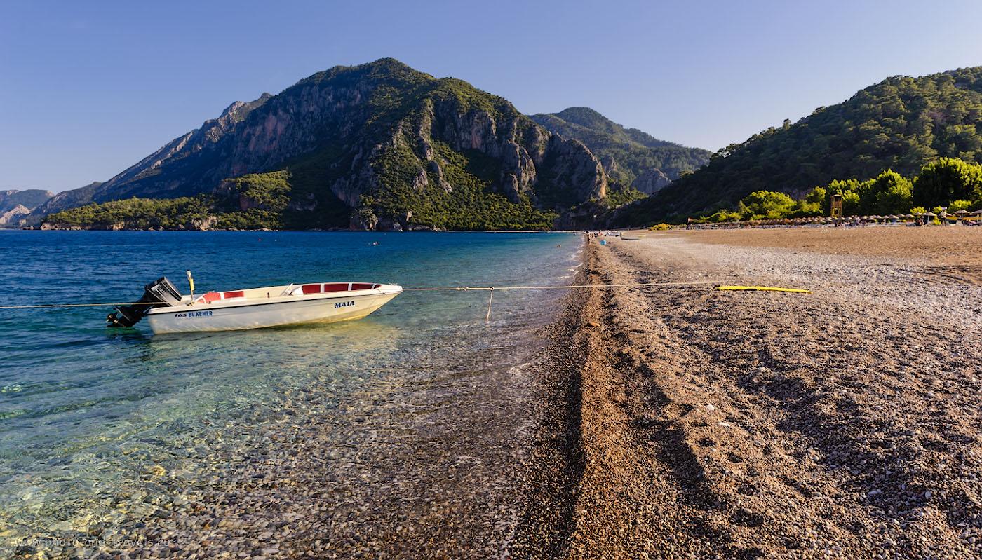 Фотография. Пляж в поселке Чиралы в Кемере. Вид на гору Муса-Даг. У её подножья справа вытекает ручей Ак-Дере (Ak Dereağzı), на берегах которого раскинулся античный город Олимпос. 1/200, 8.0, 100, 24.