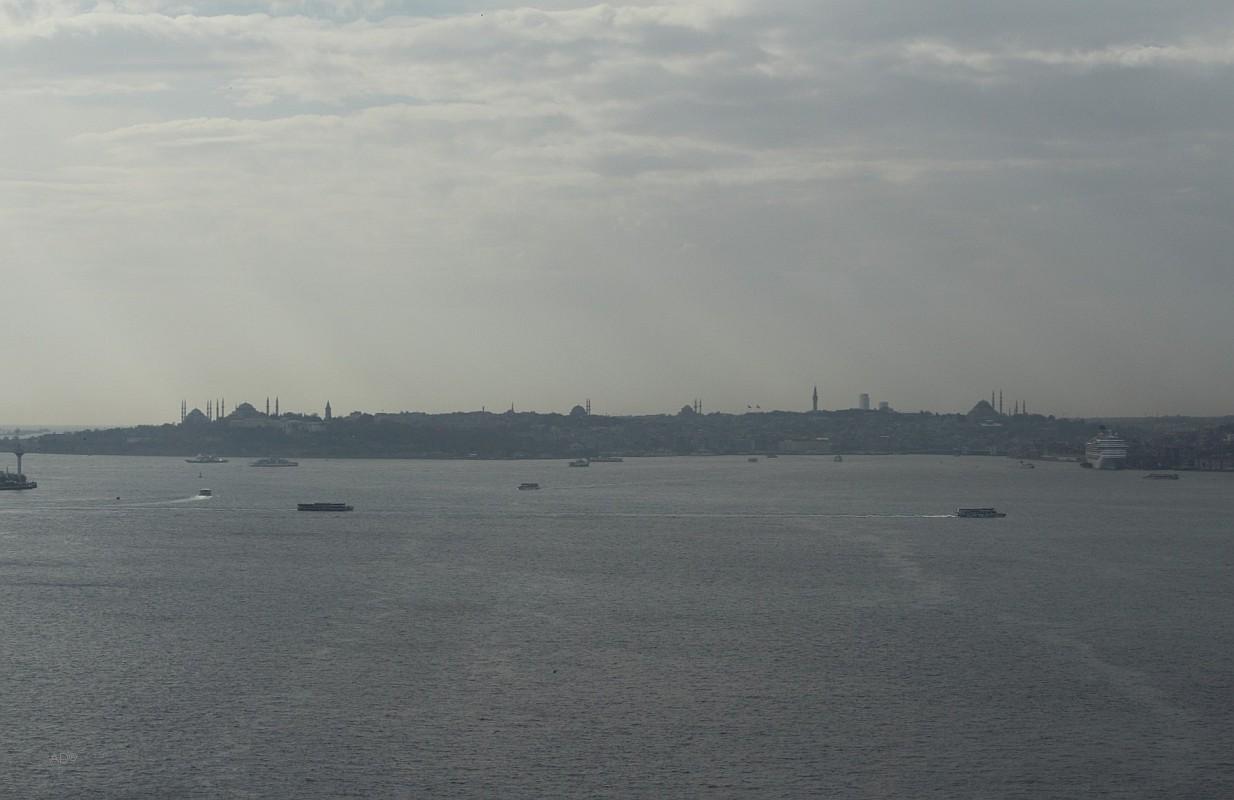 Вид с Босфорского моста на Босфор и Исторический полуостров Стамбула