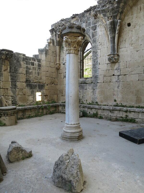 Беллапаис. Помещения капитула и колонна