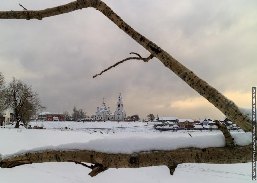 Фотографии Новоуткинска, церковь и ветки тополя