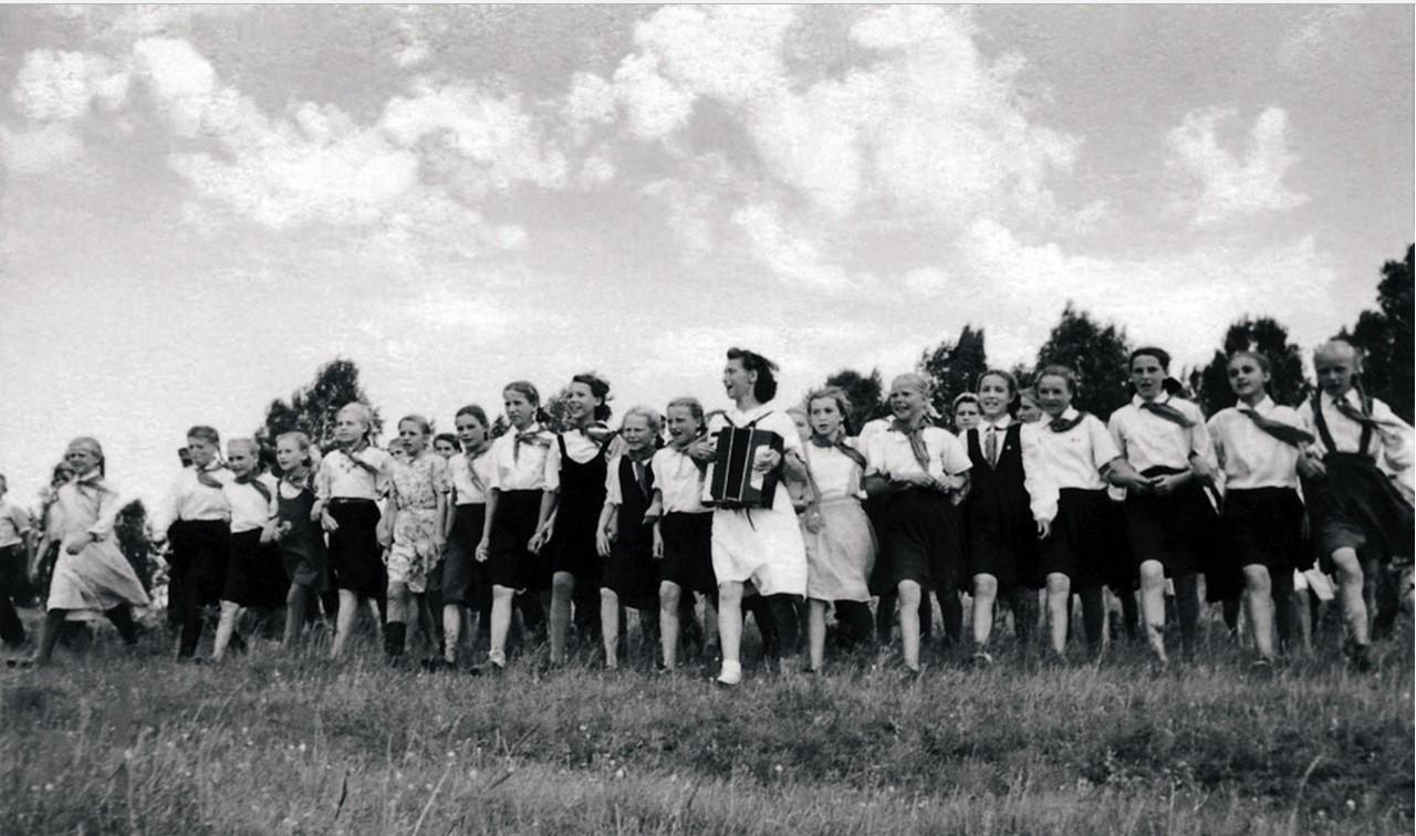 Челябинск. Активисты городской комсомольской организации проводят «массовки» для пионеров городов и сельских районов области. 1948