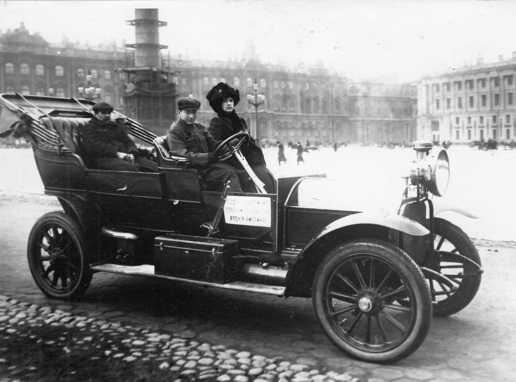 04. Автомобили с участниками пробега на Дворцовой площади перед началом старта