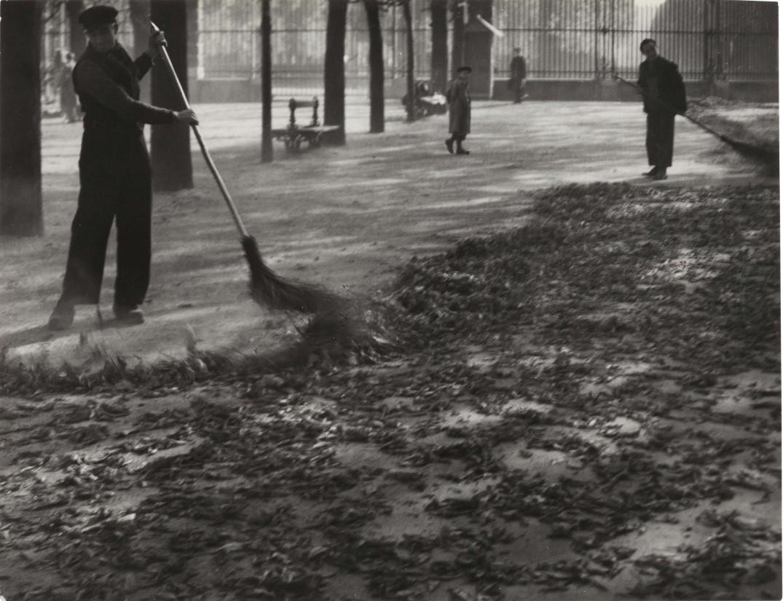 1930-е. Дворники в Люксембургском саду