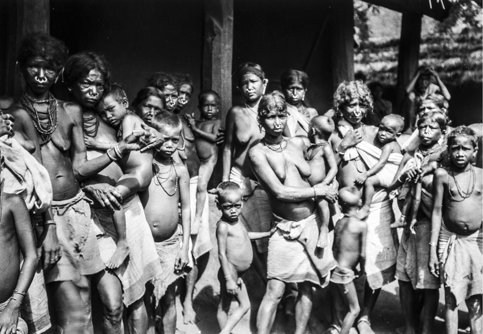 648. Орисса. Группа женщин и детей народности сора