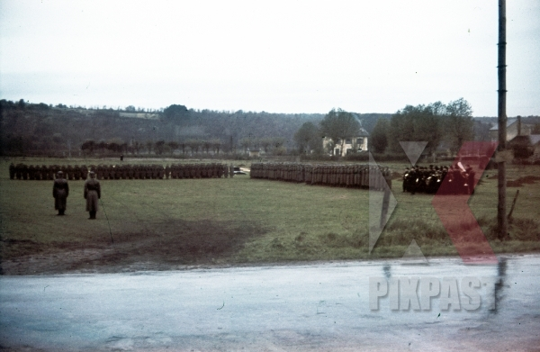 stock-photo-general-inspecting-panzer-music-band-troops-and-soldiers-france-1940-8616.jpg