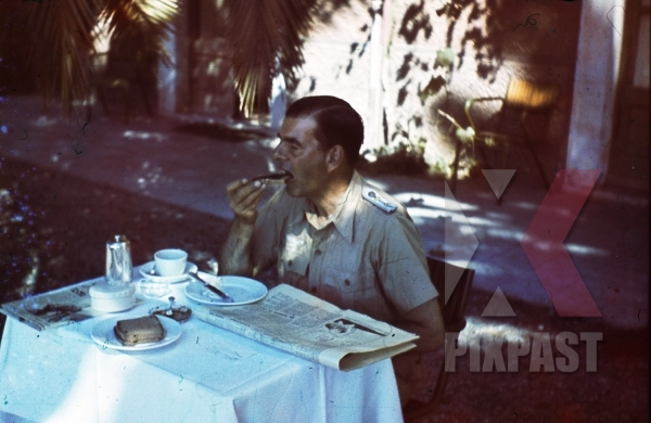 stock-photo-ww2-color-luftwaffe-field-division-2nd-lufllotte-tropical-luftwaffe-officer-eating-sausage-breakfast-sicily-1943-8506.jpg