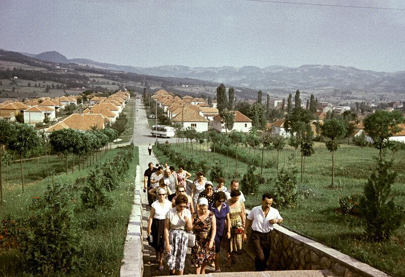 1963 Советские туристы на экскурсии в городе Горном Милановаце (ныне город в Сербии). О. Иванов.jpg