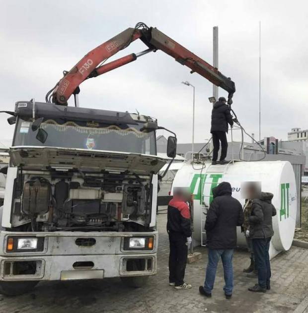 На Киевщине разоблачили крупную сеть автозаправок с фальсификатом (фото)