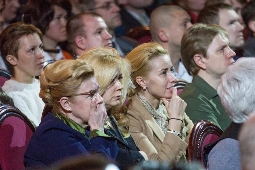 Мизулина в зале съезда РВС смотрит ролик об изъятии детей