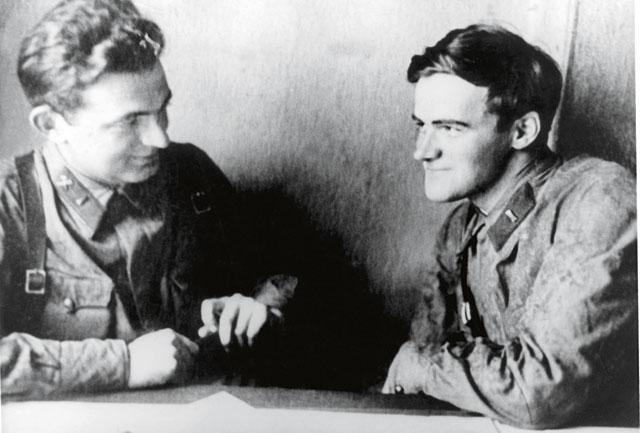 С героем очерка «Мои командиры» Зиновием Коминаровым (1942 год)