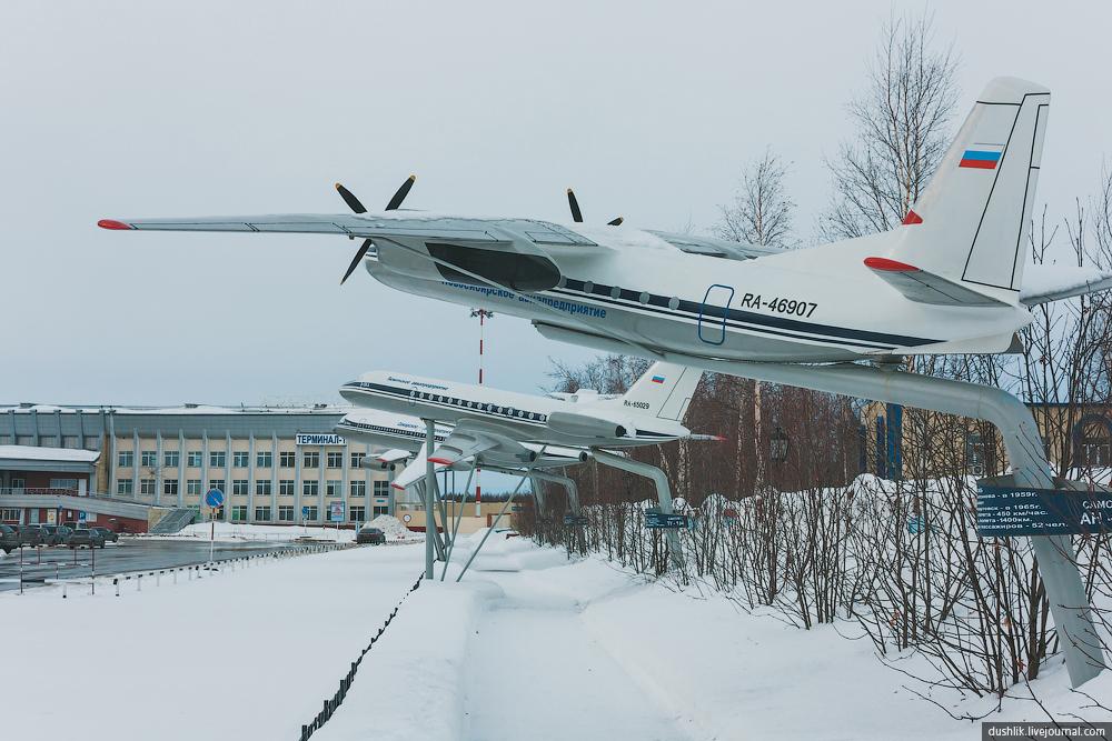Аллея почёта авиации в аэропорту Нижневартовска