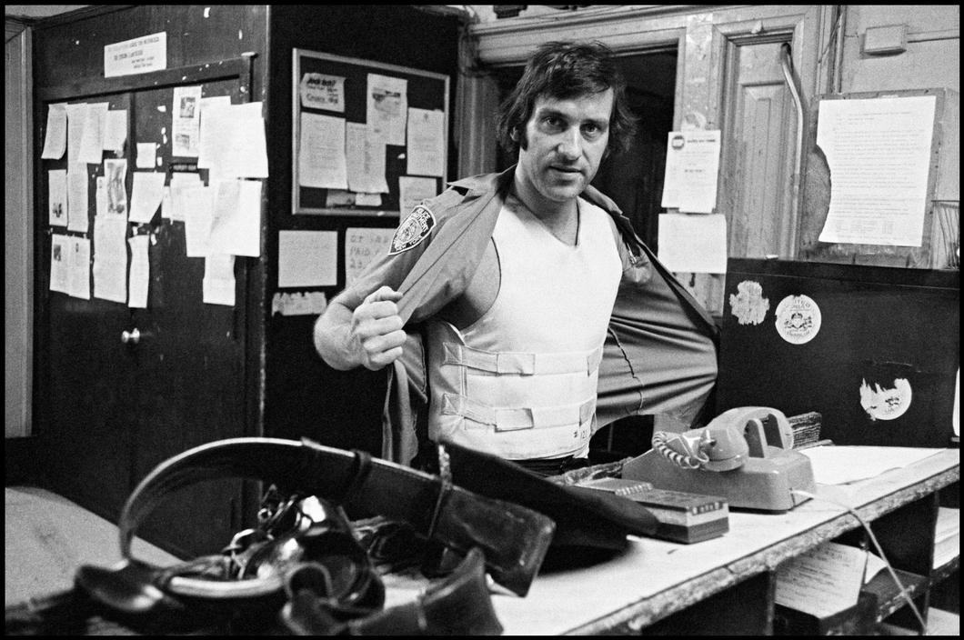 1978. Полицейский терпеливо ждет в приемном покое госпиталя, пока раненная в ногу жертва расскажет е