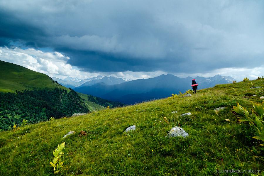 3. Когда сквозь разрывы облаков лучи ложатся на изумрудные склоны, появляются такие оттенки жел