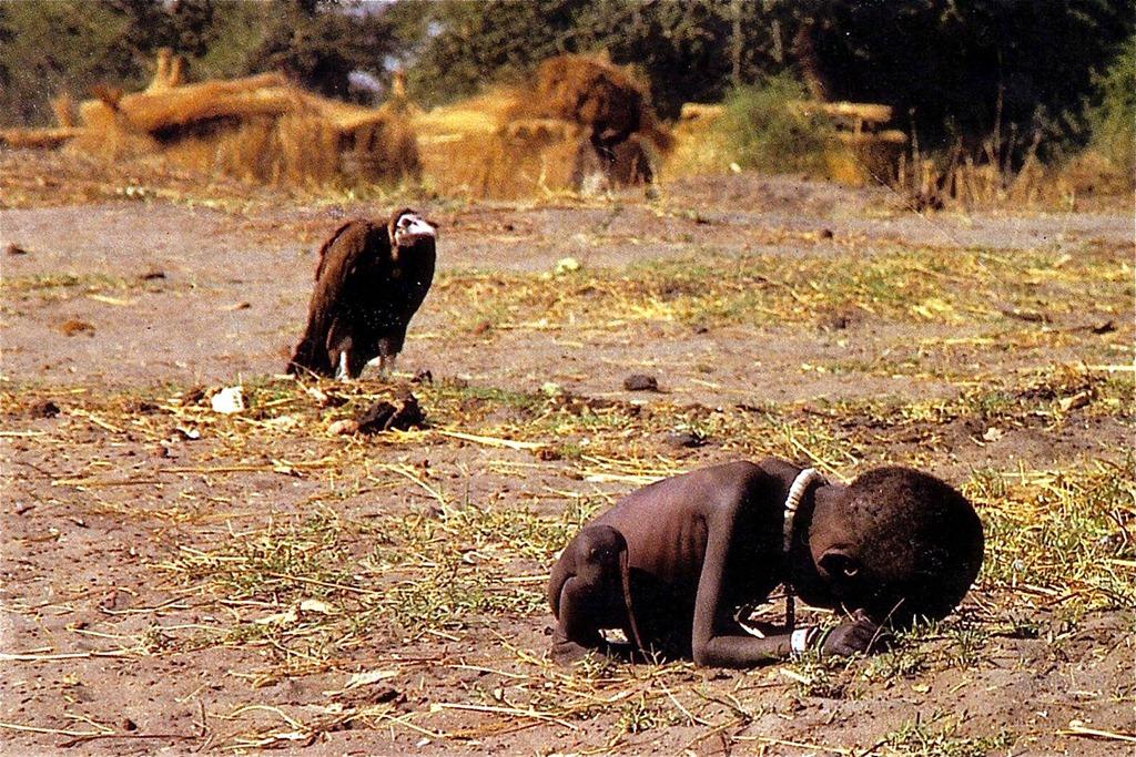 4. Гриф и девочка Эта жуткая фотография сделана Кевином Картером в 1993 году в суданском городе Айод