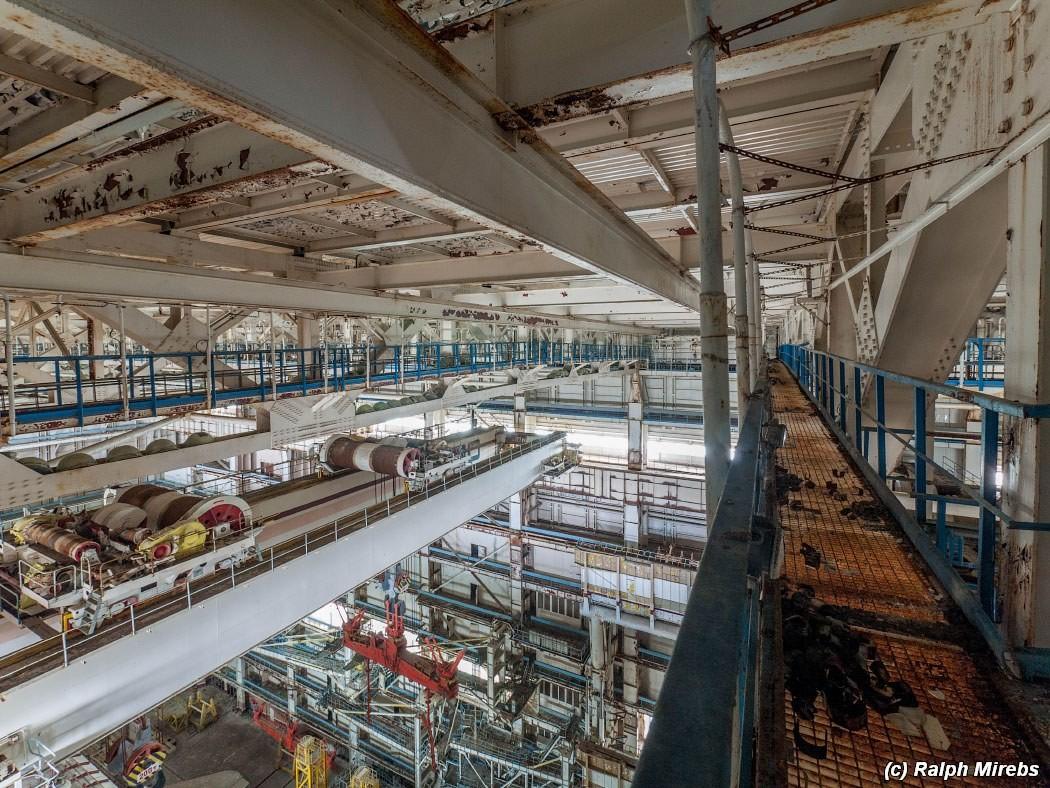 3. Под потолком двигались три поперечные кран-балки, каждая из которых обладает грузоподъемностью в