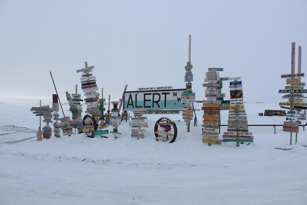 26. Помимо коренных жителей здесь проживают 5 метеорологов и около 70 военных. Год основания —