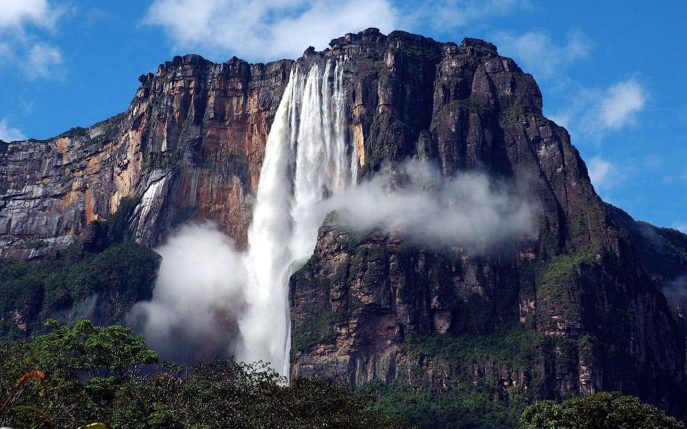 Водопад находится на территории Национального парка Канайма в тропических лесах Венесуэлы. Водо