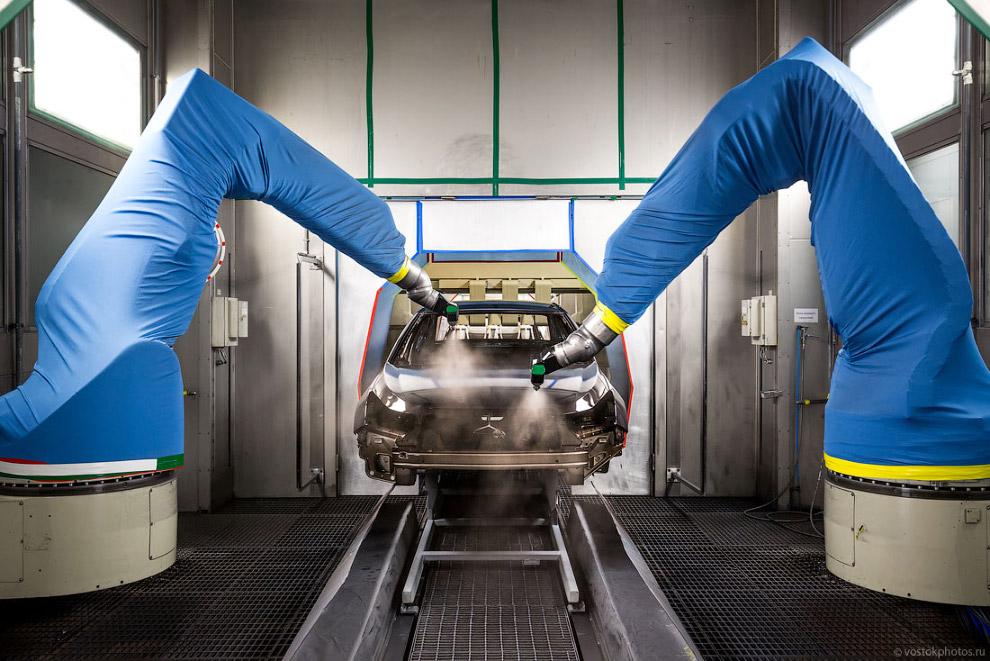 32. Автомобиль поступает из цеха окраски непосредственно в камеру воскования, где операторы в г
