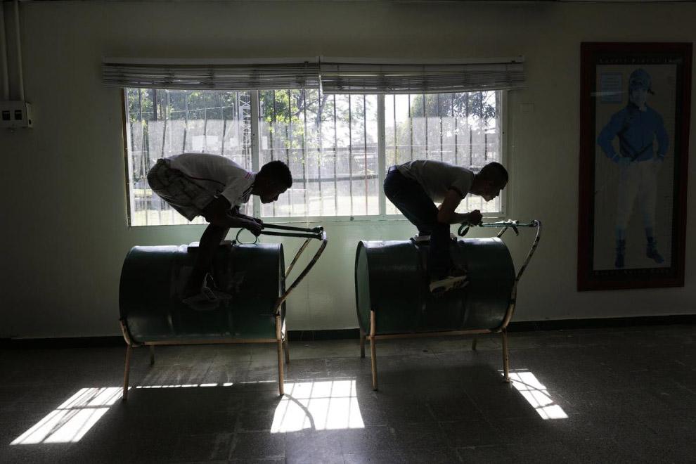 3. Из барреля нефти выходят неплохие виолончели. (Фото Jorge Adorno | Reuters):