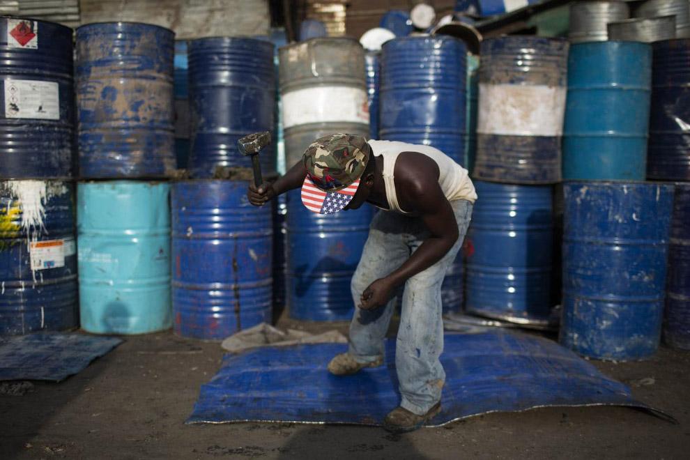 14. Продажа баррелей на окраине Лимы, 12 февраля 2015. (Фото Mariana Bazo | Reuters):