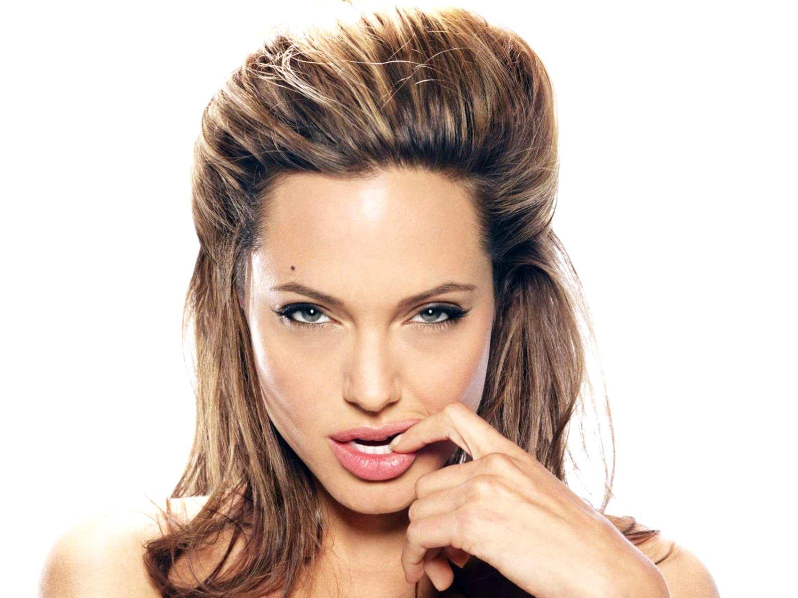 Анджелина Джоли Надо сказать, первый раз у Энжи был более кровавым, чем у большинства из нас. «Я нач