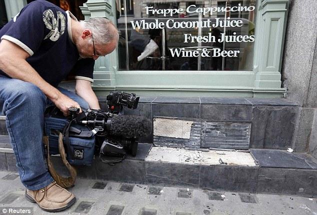 Оператор снимает плитку, отвалившуюся у здания кафе под воздействием солнечного света Хозяин одной и