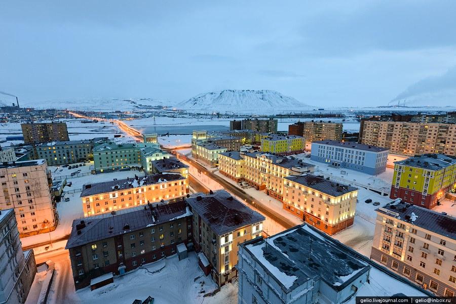 В городе бывают полярные дни и полярные ночи. Полярный день на широте Норильска длится около 2