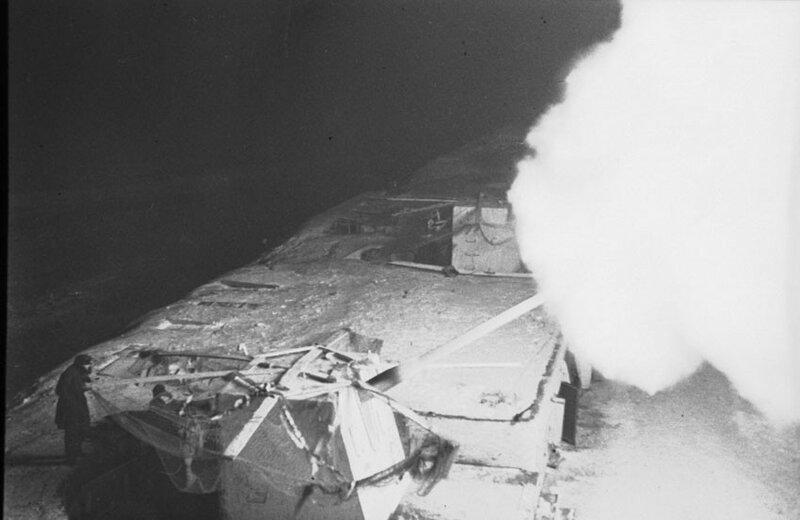 «Орудия Н-ского форта командиров Воробьева и Комиссарова подавляют немецкую батарею, стрелявшую по пункту О. Декабрь 1941 года»