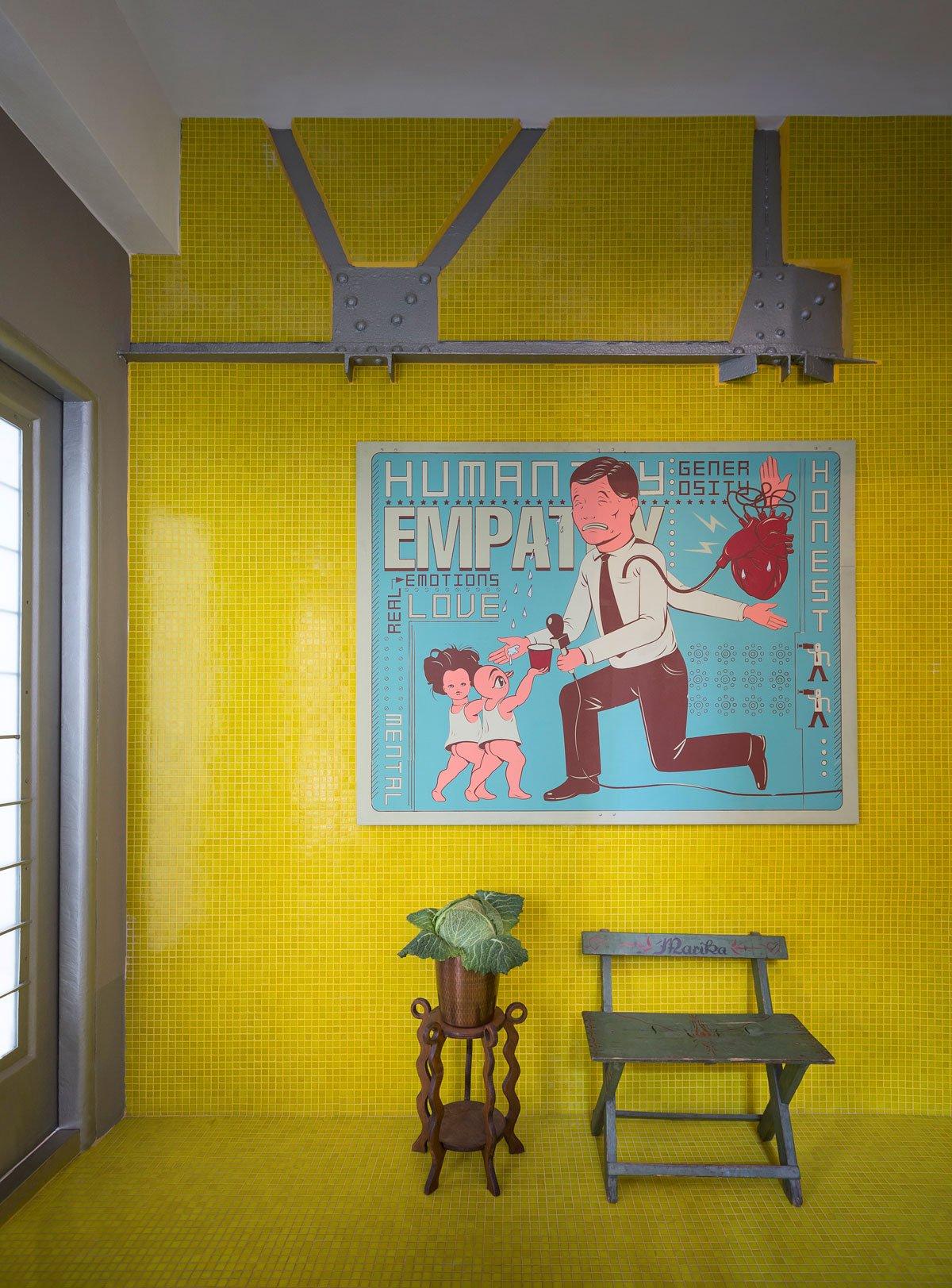 Желтая стена в частном доме