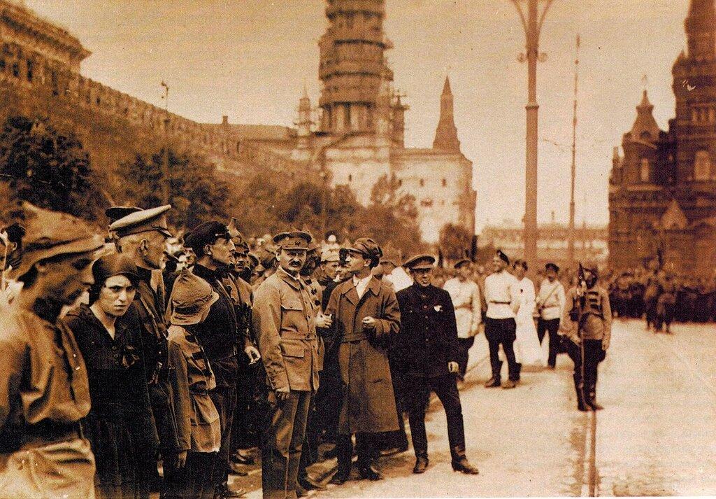 401503 Л.Д.Троцкий на Красной площади 1919 г..jpg