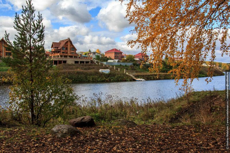 берег реки и желтые березы