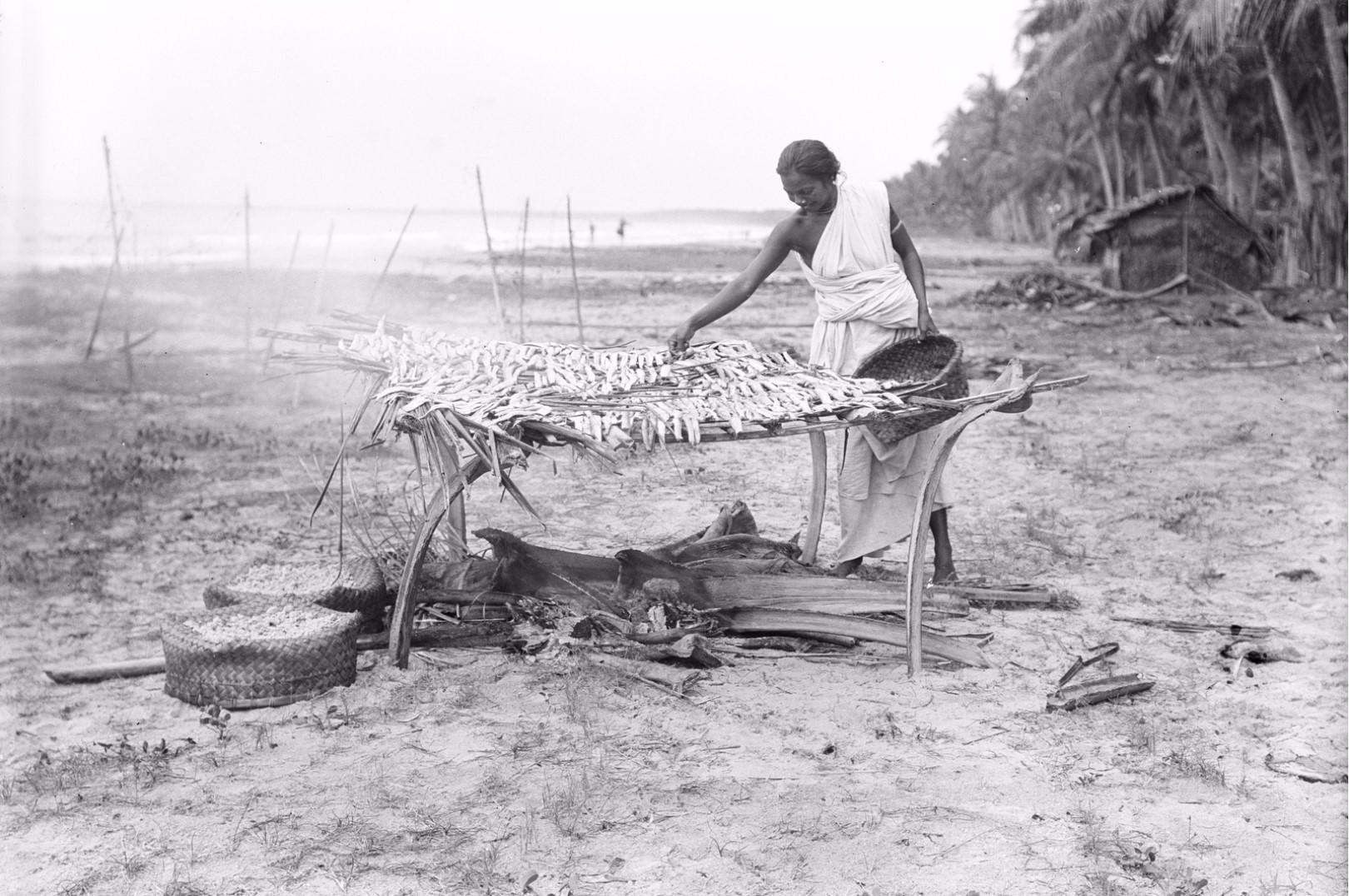 265. Калкуда. Женщина на берегу сушит рыбу