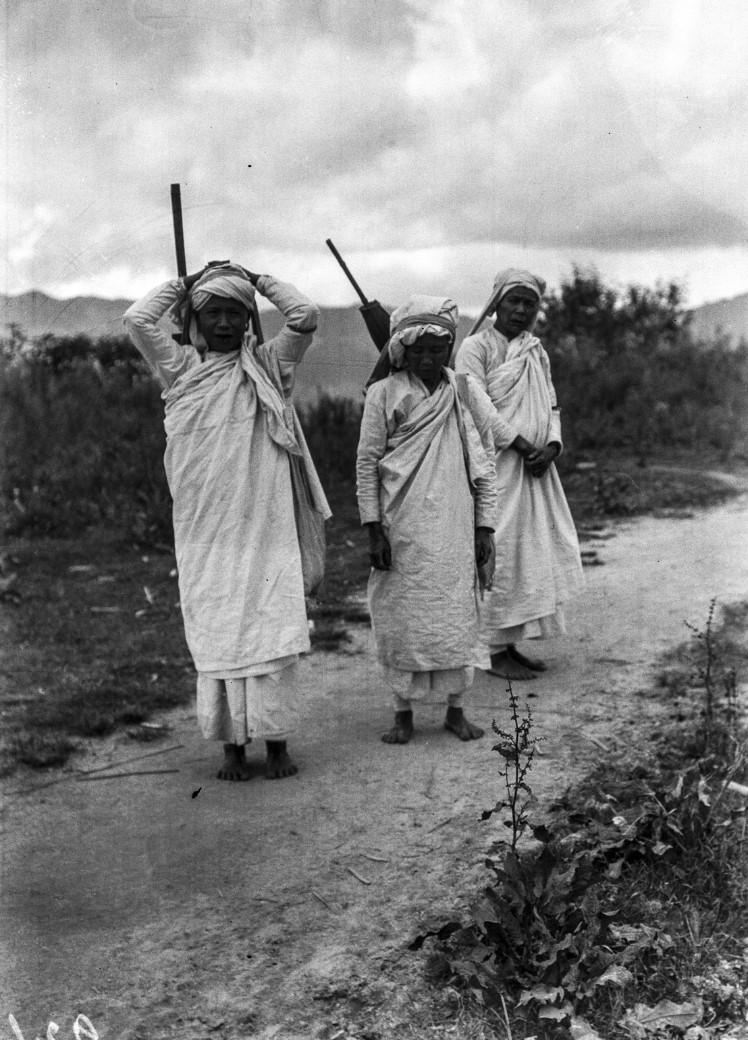 921. Три монахини в пути
