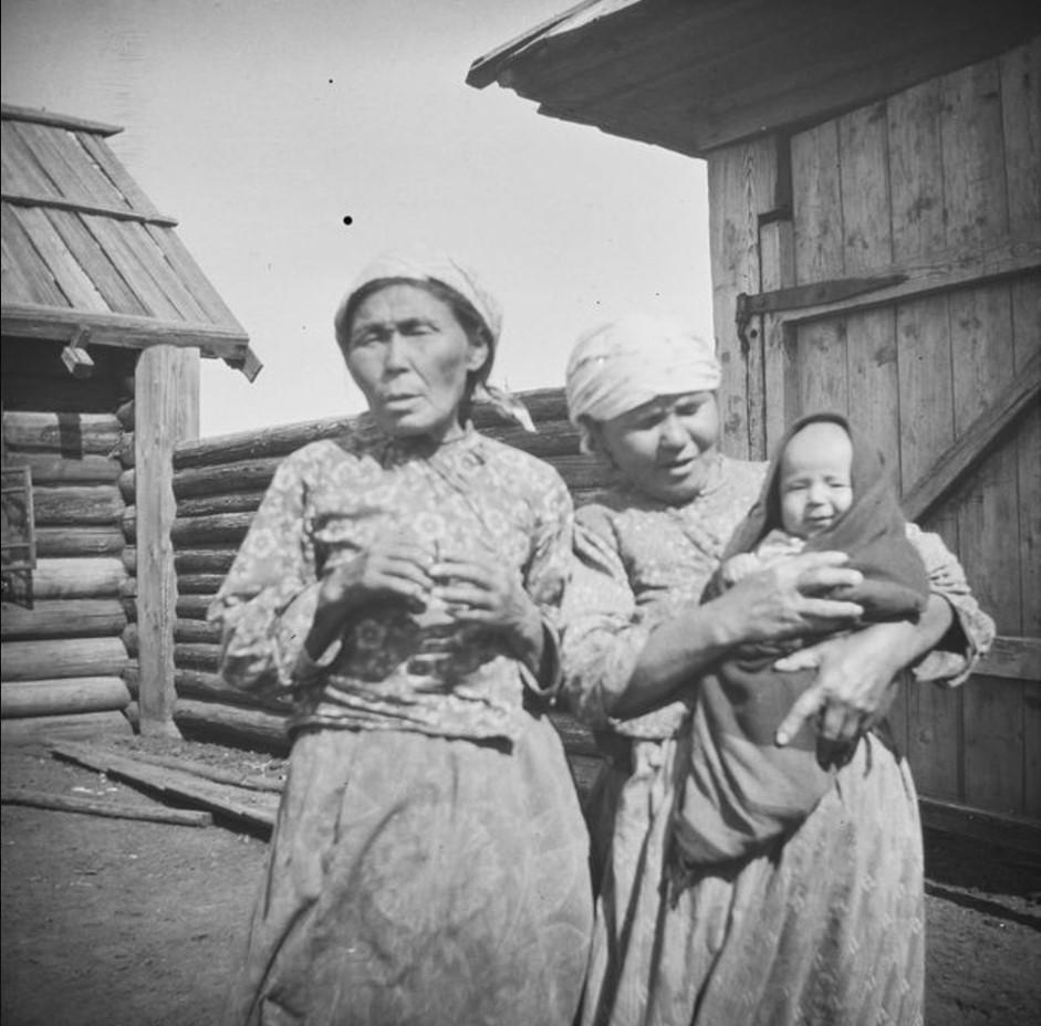 Камасская шаманка и самоедка с ребенком