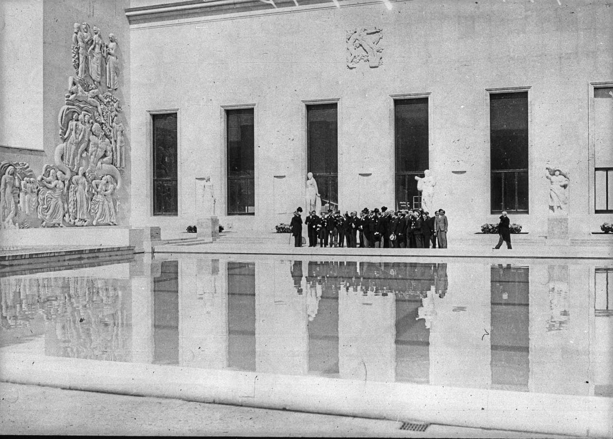 Торжественное открытие павильона города Париж (Музей современного искусства). Члены правительства возле бассейна. 24 мая 1937